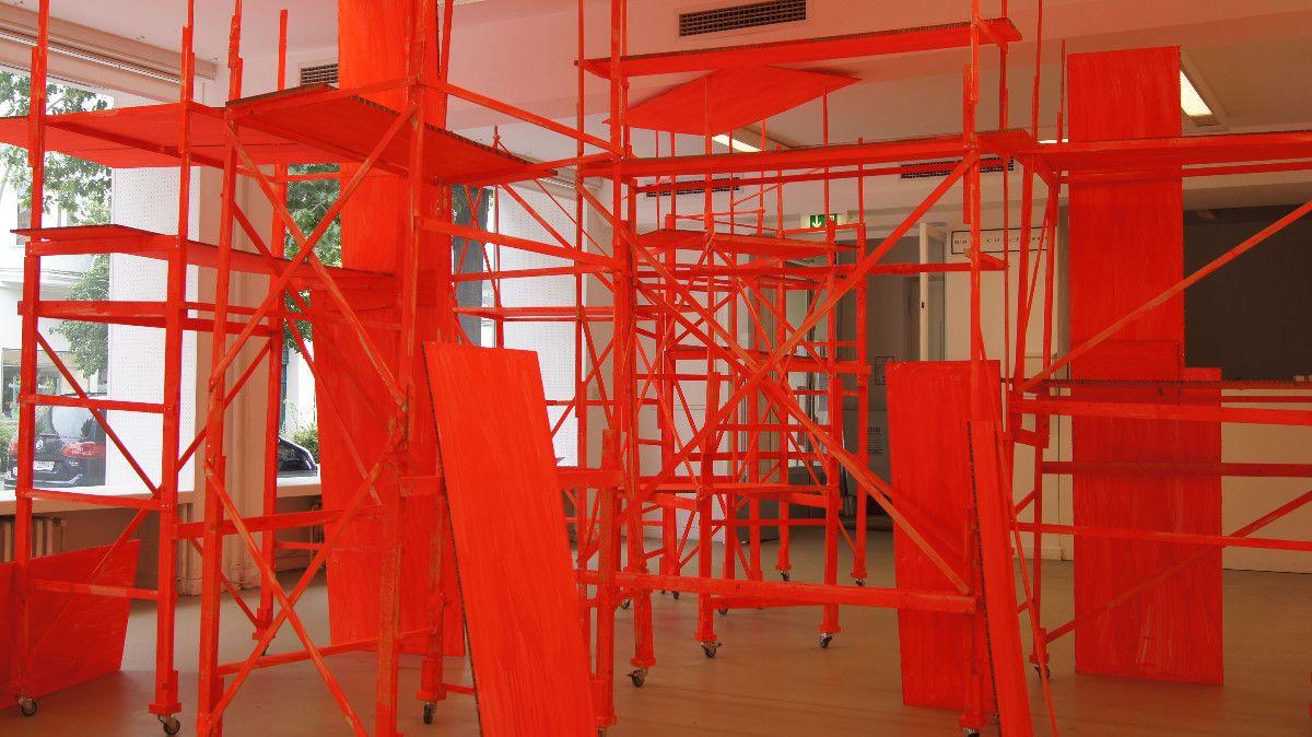 Gerüst, 2011-2013, Holz, Acryl, Karton, ca. 300 x 600 x 240 cm - Galerie Nord Berlin
