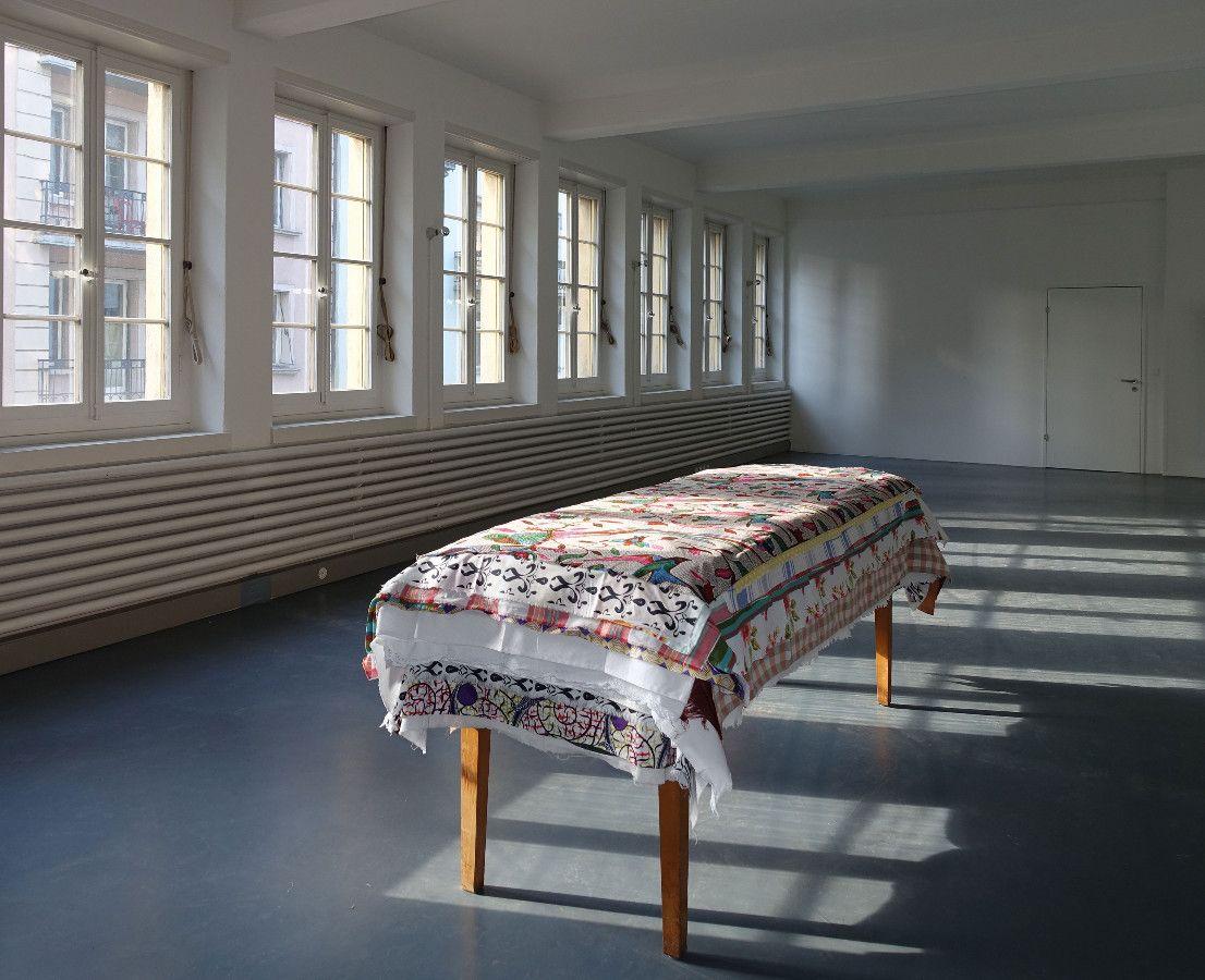 cadeaux, 2009/2015, Tisch, 365 Tischtücher, 240 x 105 x 96 cm