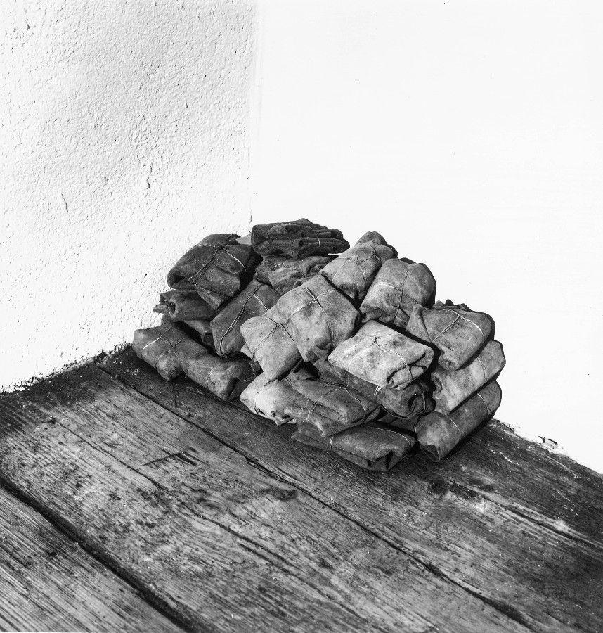 Zwischenlager, 1992, Leder, Draht, Asche, ca. 60 x 40 x 30 cm - Galerie Josephski-Neukum, Issing