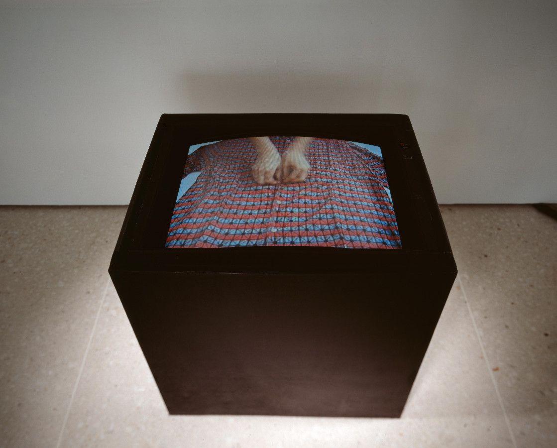 rosa liegt bei grau, 1996, Videoinstallation, Video, Farbe, ohne Ton, 25' - Kunsthaus Zug