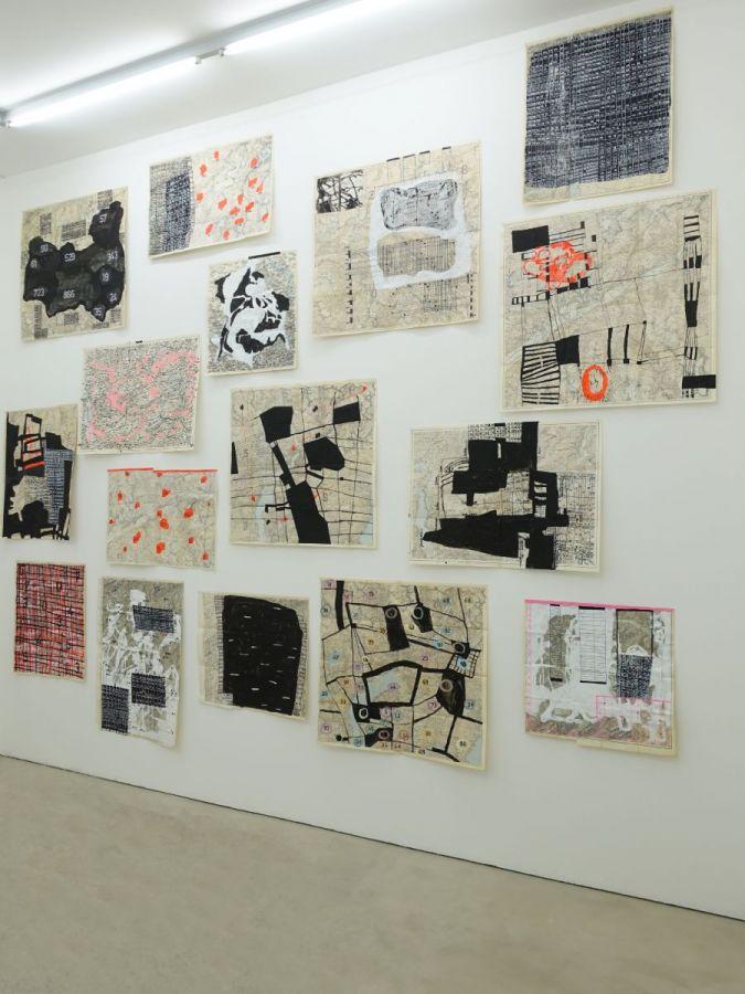 dislocation, 2016, Mischtechnik auf gebrauchten Landkarten, diverse Formate - Kunstprojekte Hilfiker Luzern