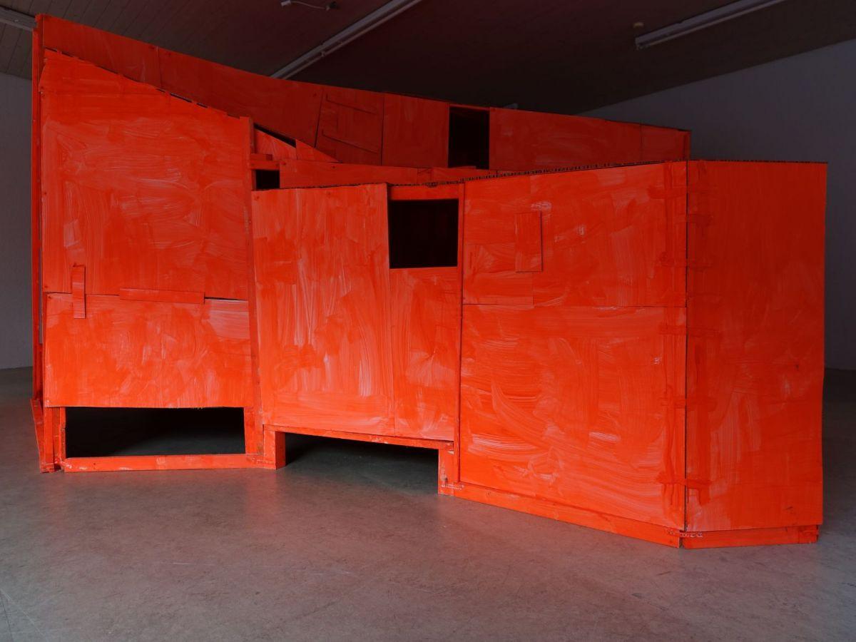shelter, 2016, Holz, Wabenkarton, Farbe, ca. 250 x 450 x 550 cm - Kolin 21 Zug