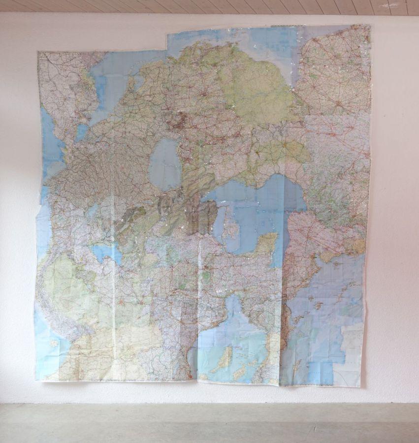 Karte (1), 2016, Collage aus 19 gebrauchten Landkarten, ca. 254 x 230 cm - Kolin 21 Zug