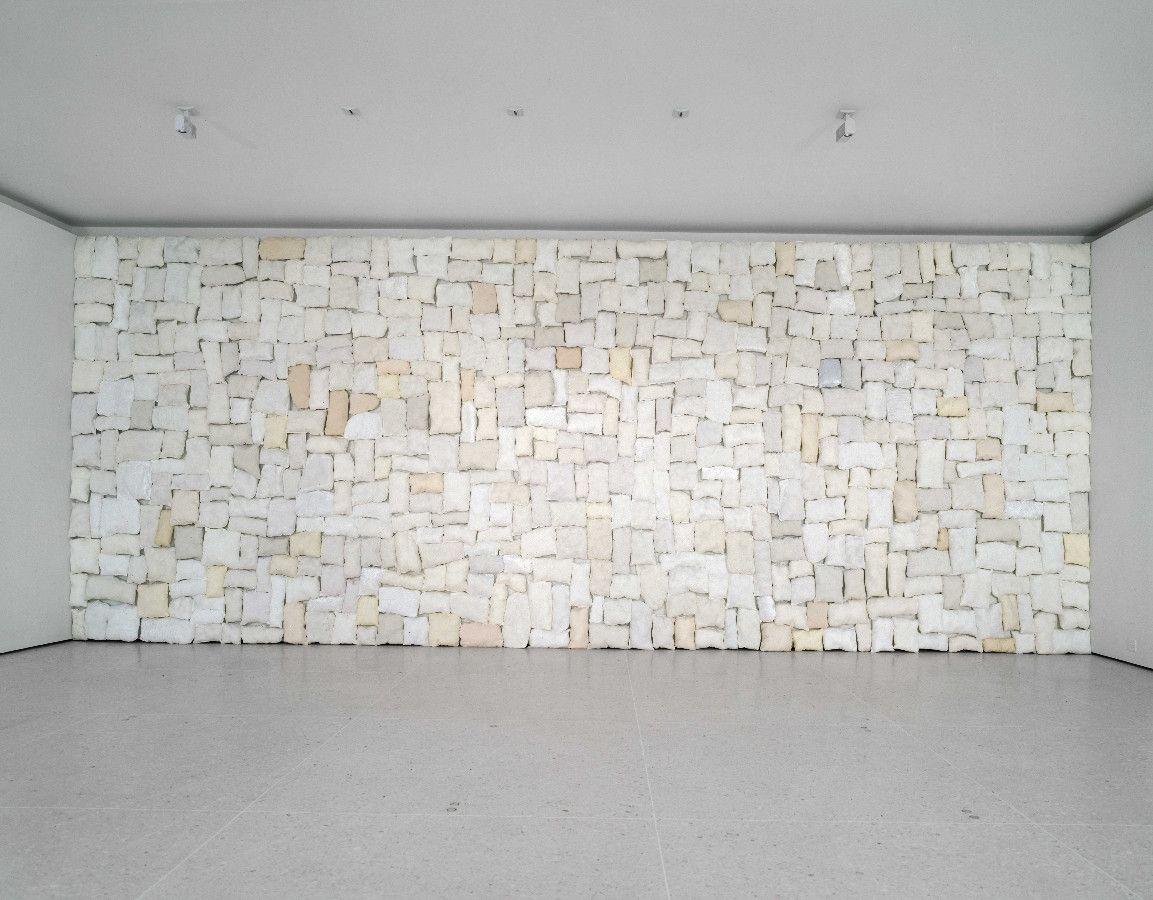Polster 1, 1996, Stoff, Acrylwatte, Nägel, 330 x 490 cm - Kunsthaus Zug