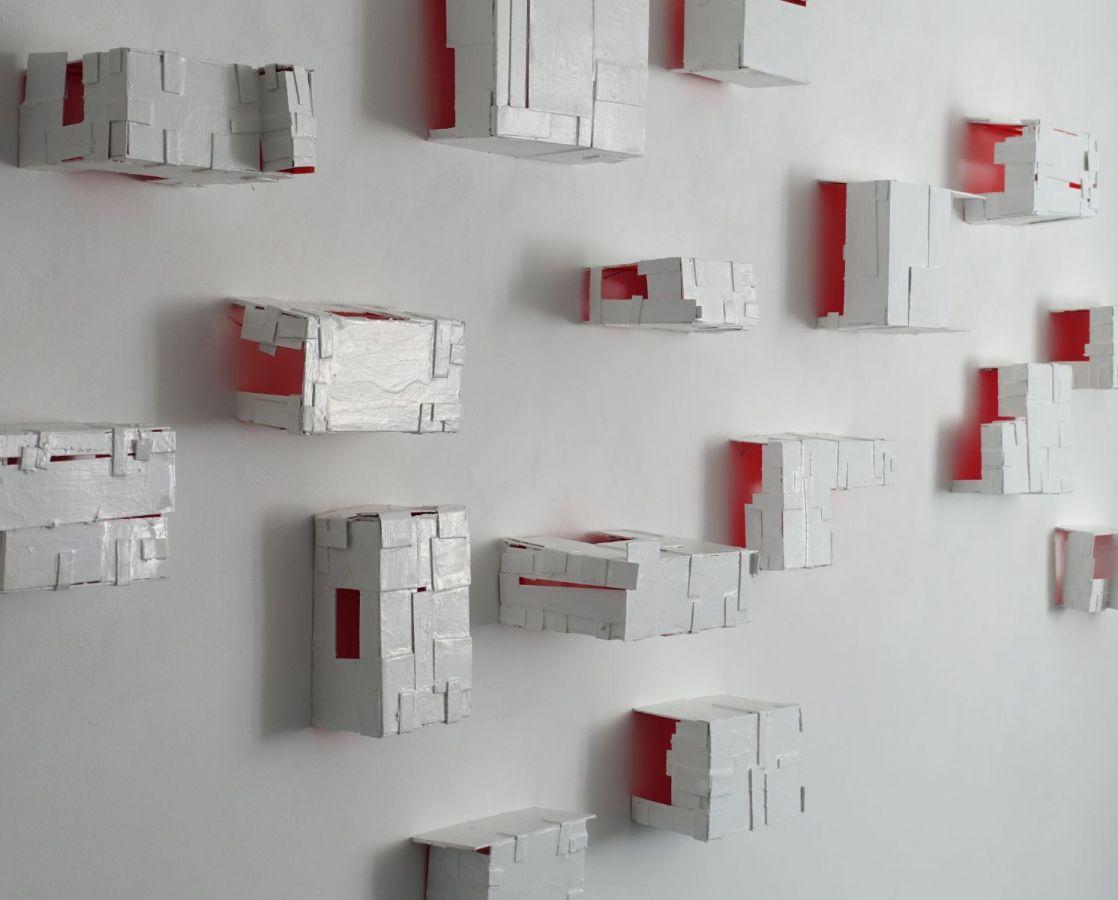 backyard, 2017, Karton, Acryl, Lack, je ca. 20 x 15 x 18 cm - Installation mit 21 Objekten